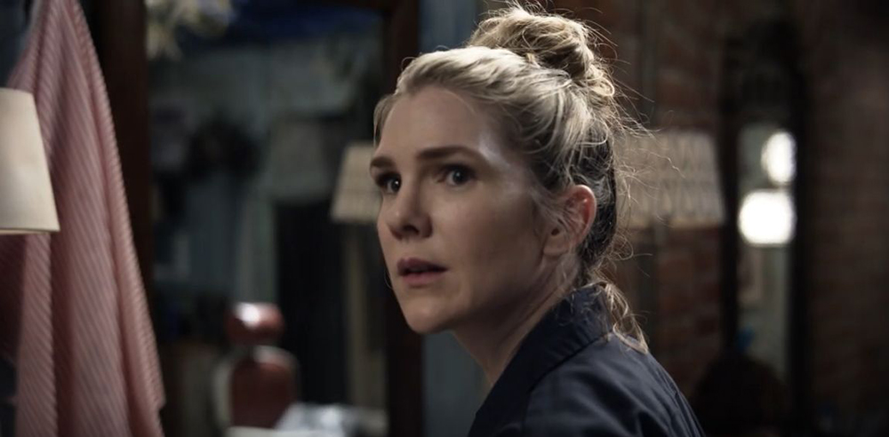 Lily Rabe incarne Emma Hall dans Tell me your secrets