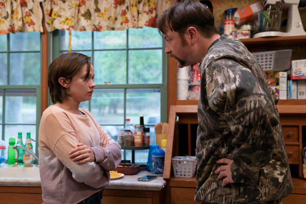 Cailey Spaeny et Patrick Murney dans Mare of Easttown