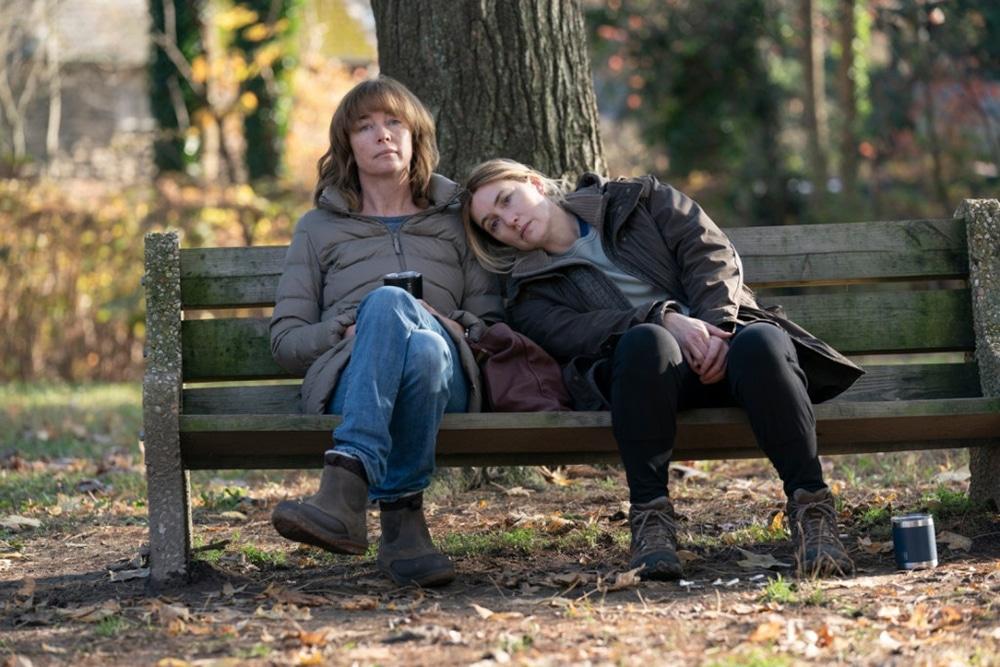 Julianne Nicholson et Kate Winslet dans Mare of Easttown