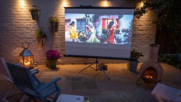 Comment installer un cinéma en plein air dans son jardin