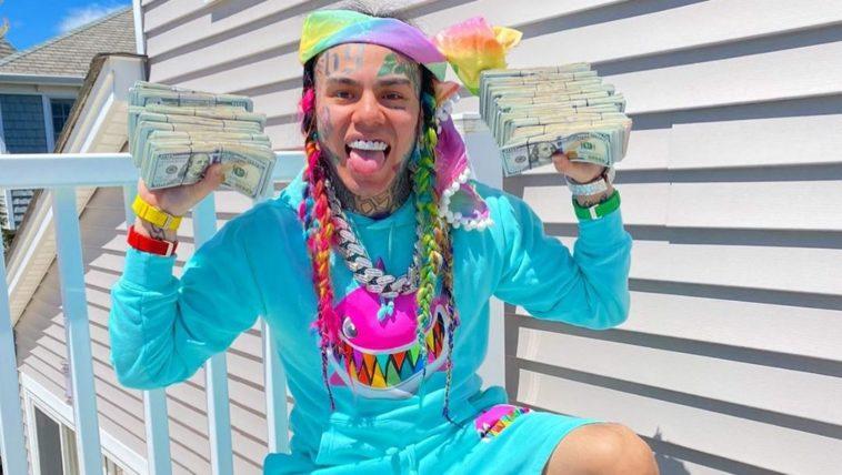 6ix9ine montre des liasses d'argent dollars